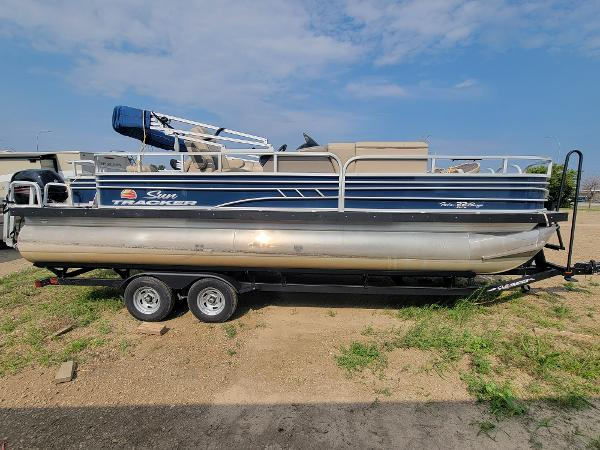 2020 Sun Tracker boat for sale, model of the boat is Fishin' Barge 22 DLX & Image # 4 of 19