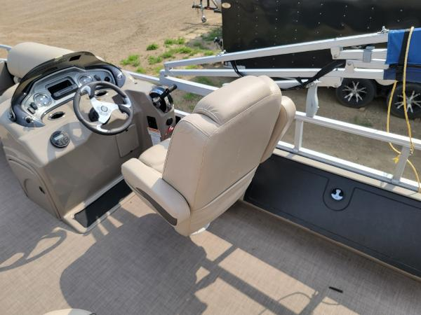 2020 Sun Tracker boat for sale, model of the boat is Fishin' Barge 22 DLX & Image # 16 of 19
