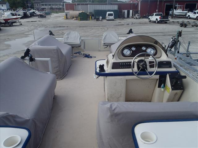 2002 Crest boat for sale, model of the boat is Fisherman 22' & Image # 5 of 10