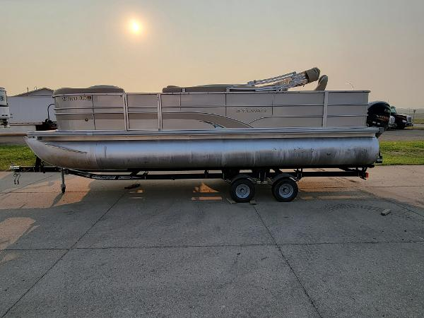 2015 Sylvan boat for sale, model of the boat is Mirrage 8522 & Image # 2 of 21