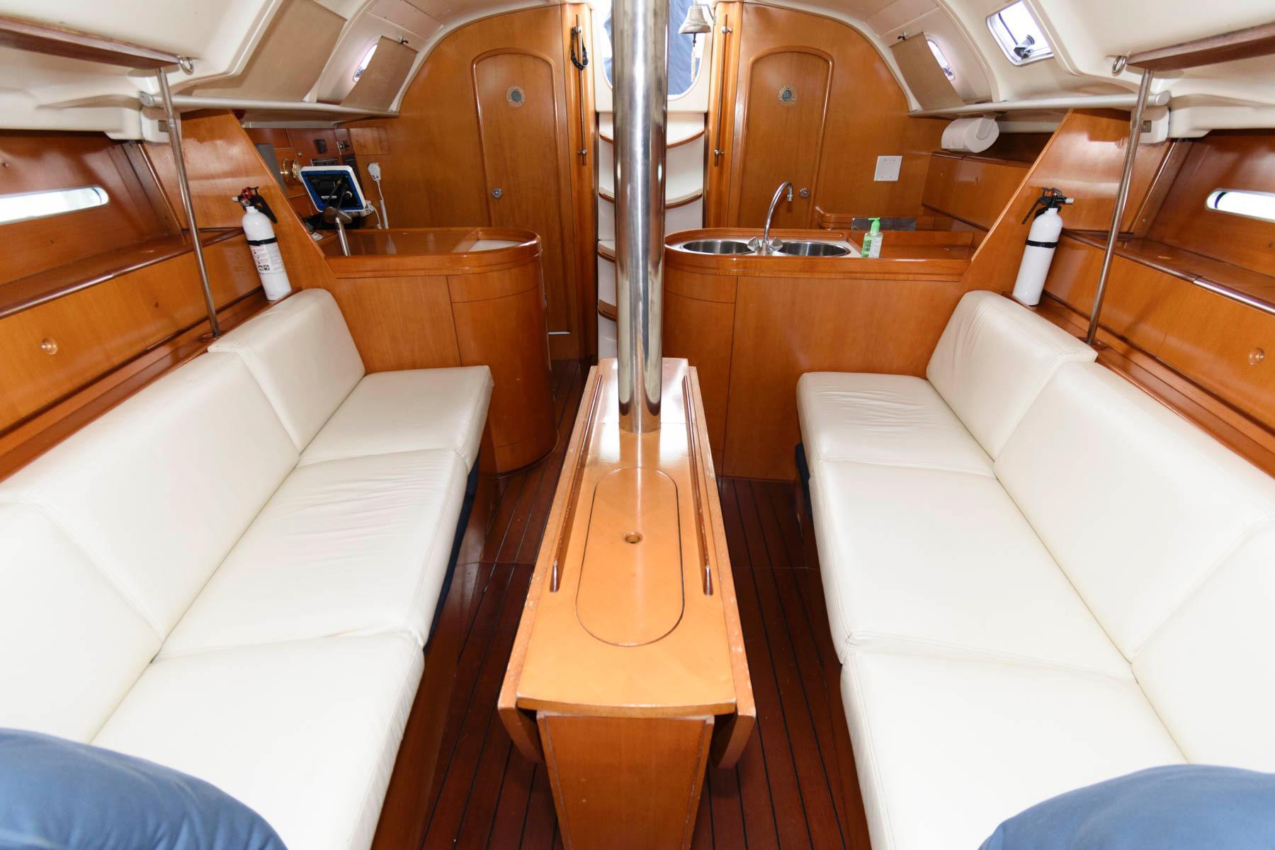M 6583 CF Knot 10 Yacht Sales