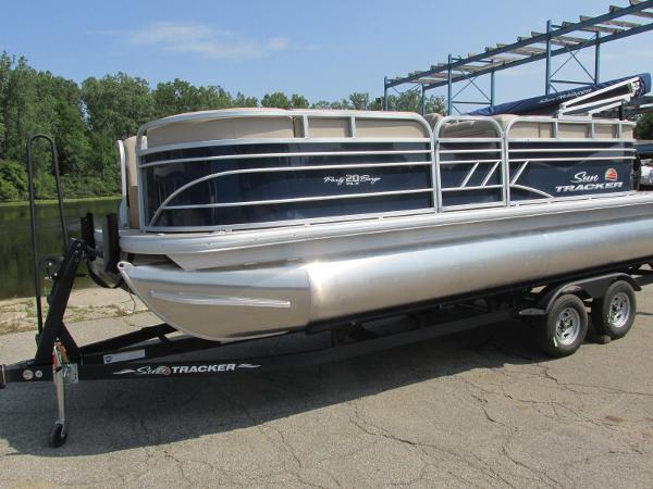2021 Sun Tracker boat for sale, model of the boat is PARTYBARGE 20DLX & Image # 1 of 18