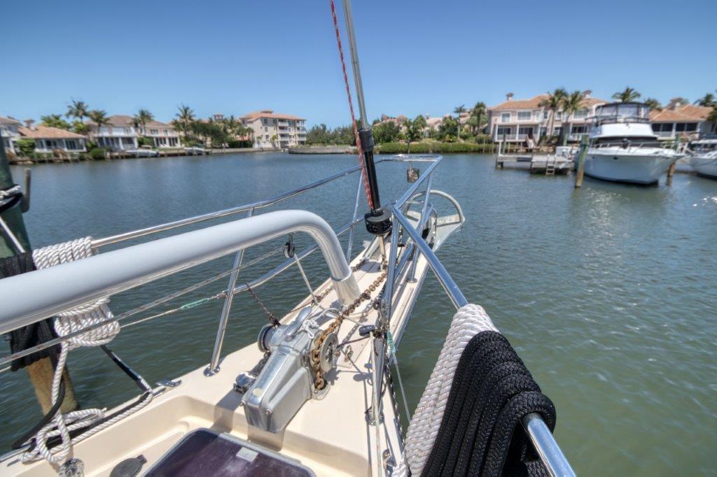 Head sail with self-tending Hoyt boom