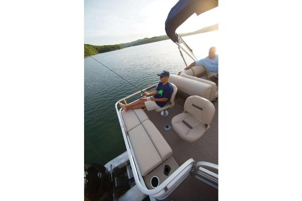 2021 Sun Tracker boat for sale, model of the boat is Fishin' Barge 22 DLX & Image # 14 of 17