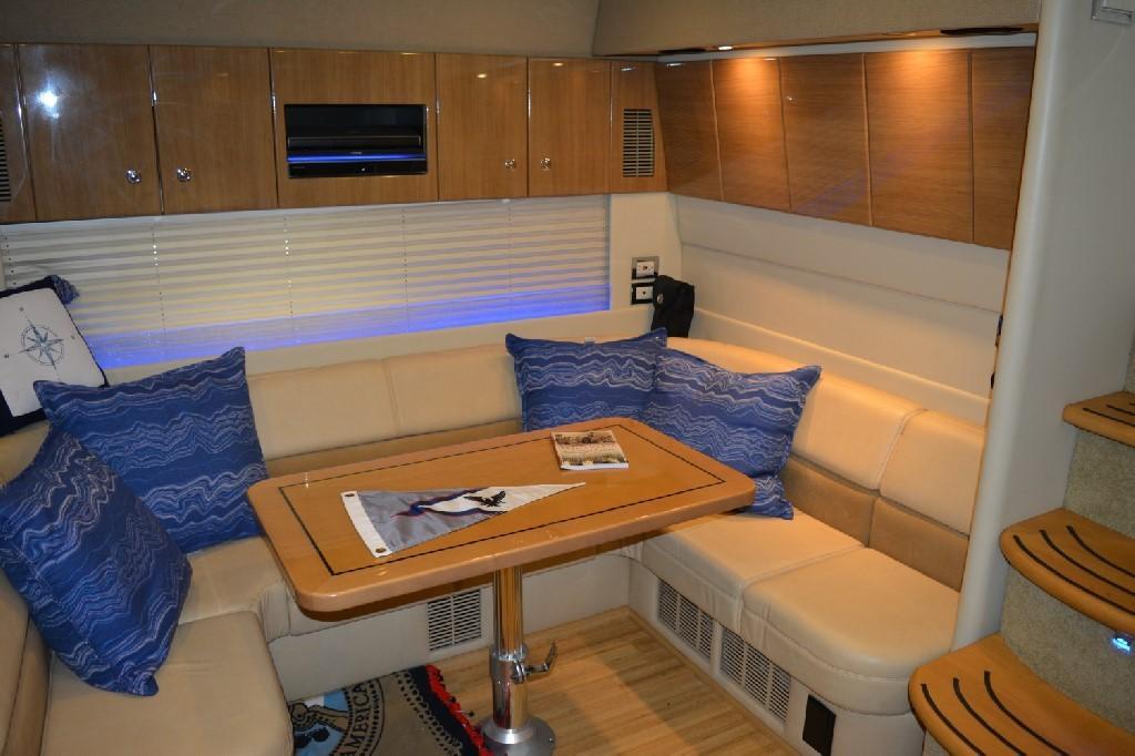 Formula 45 Yacht - Dinette