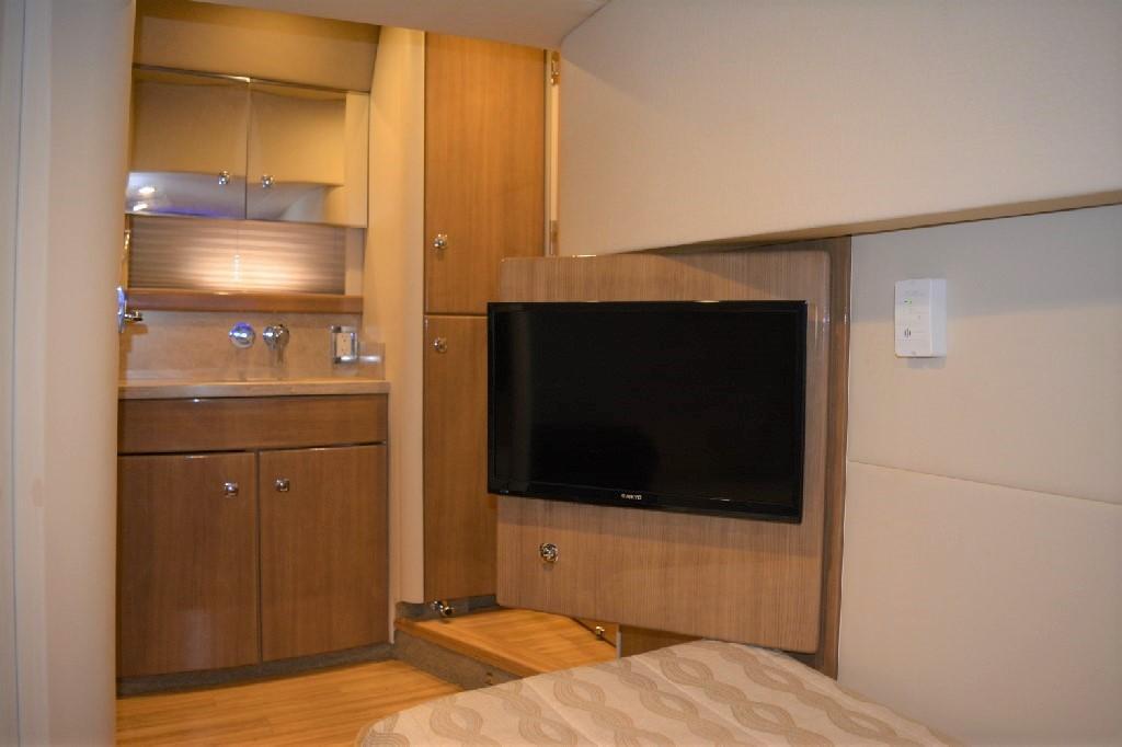 Formula 45 Yacht - Mid Cabin TV
