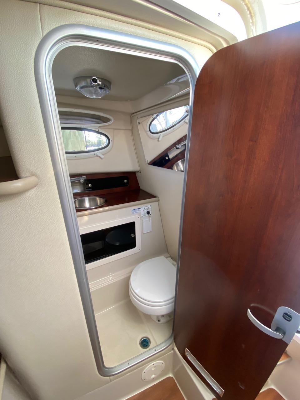 V 6388 BH Knot 10 Yacht Sales