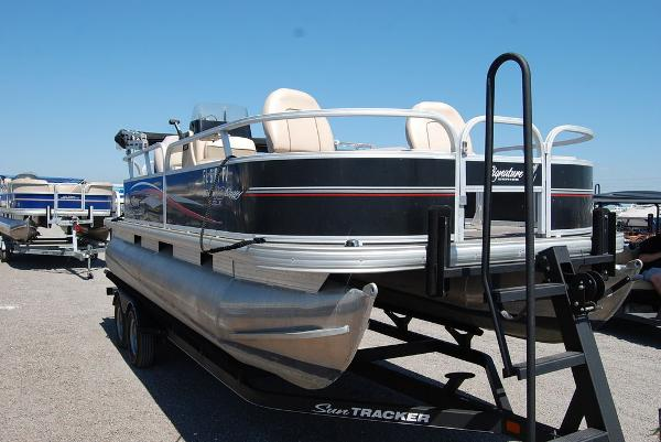 2015 Sun Tracker boat for sale, model of the boat is BB18DLX & Image # 2 of 3