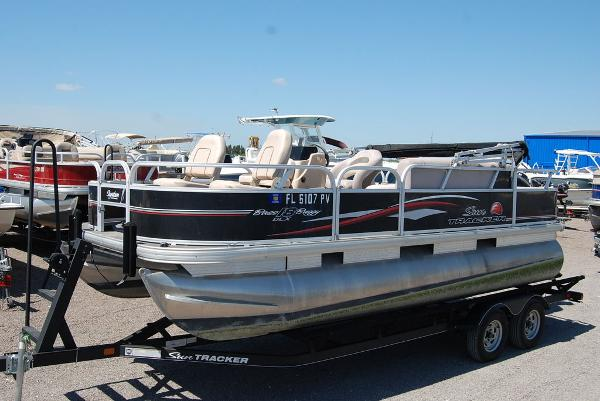 2015 Sun Tracker boat for sale, model of the boat is BB18DLX & Image # 1 of 3
