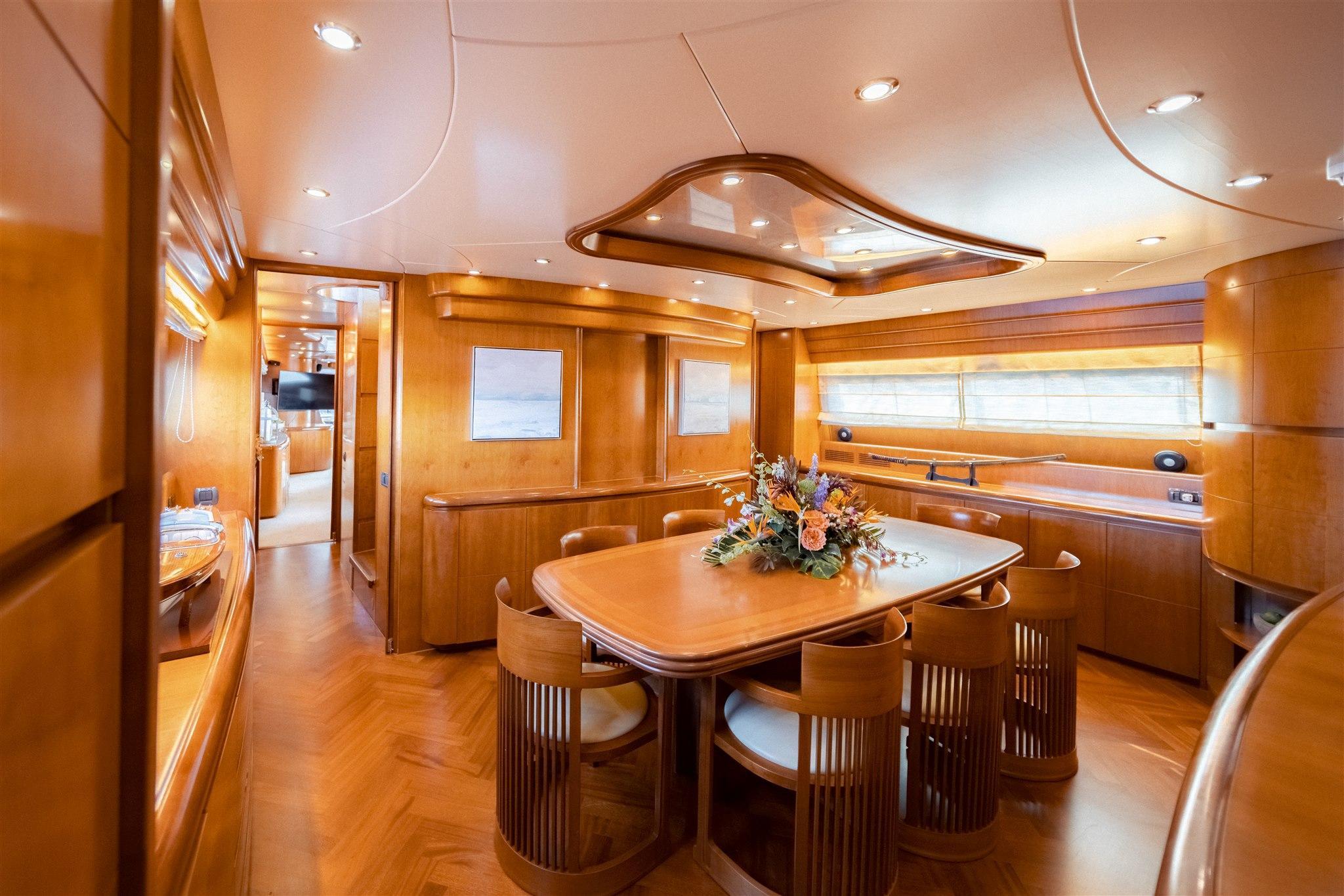 Maiora 96 Motor Yacht Dinette