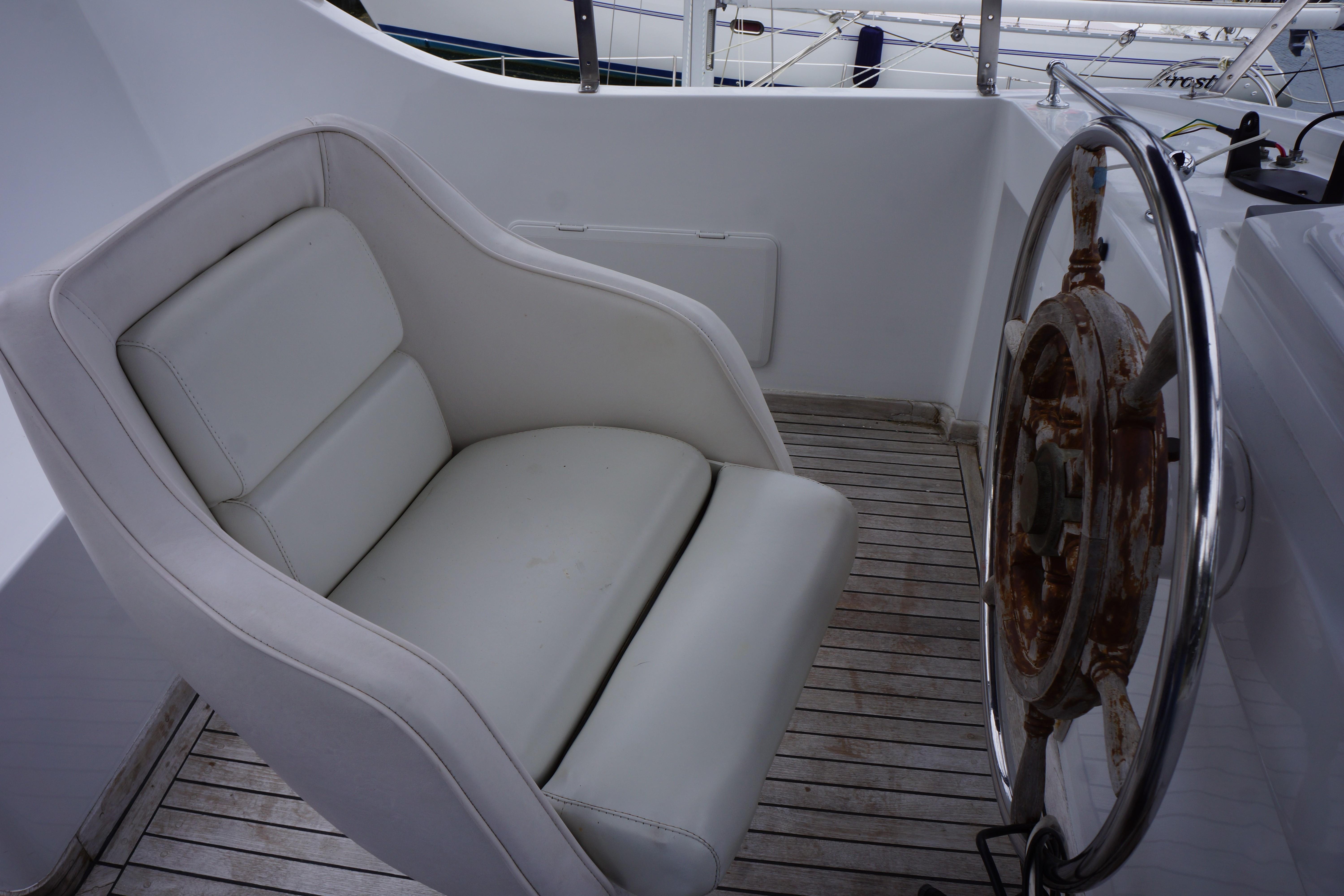 Marine Trader 43 LaBelle Trawler - captains chair