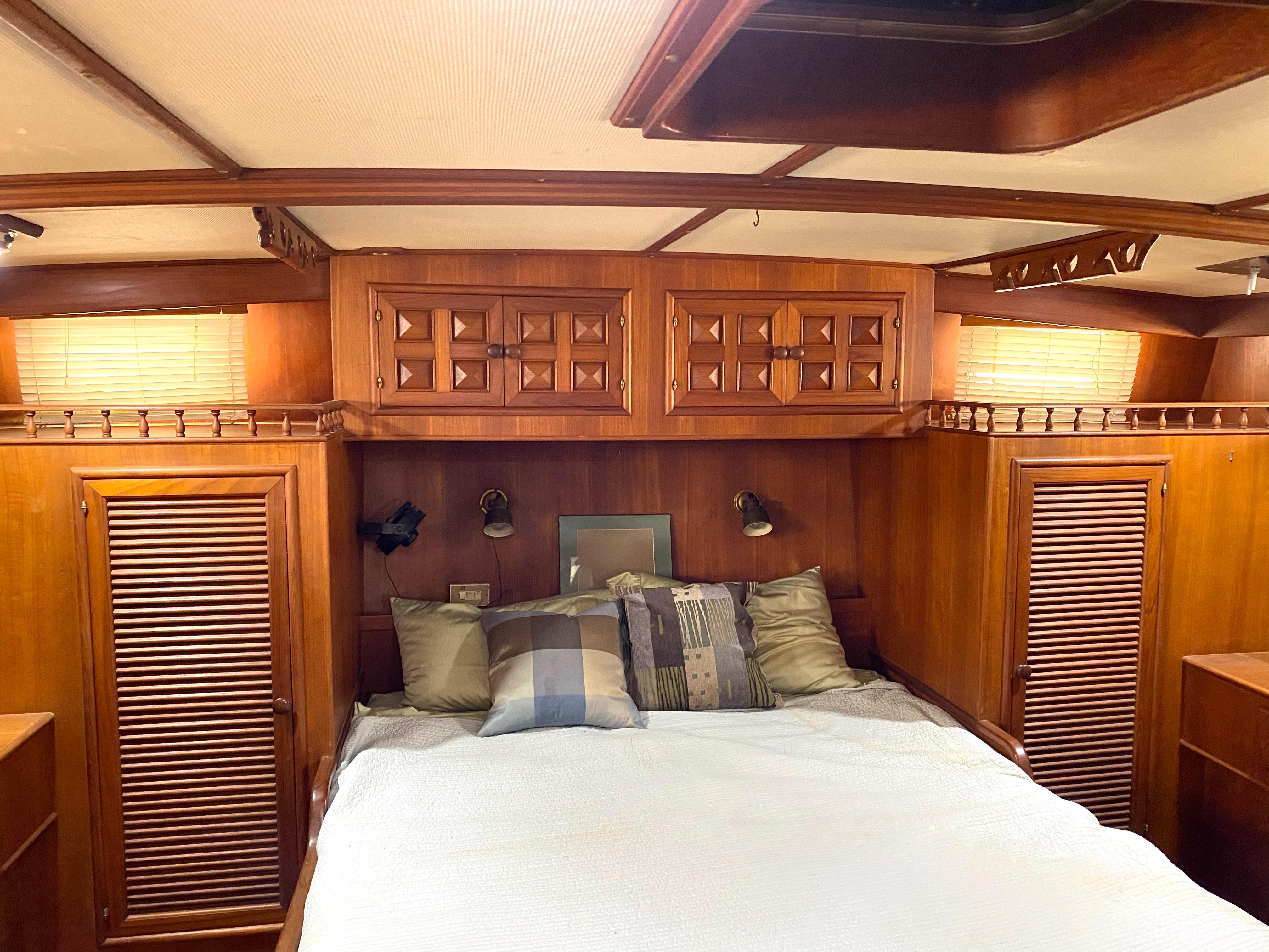 Marine Trader 43 LaBelle Trawler - master aft cabin