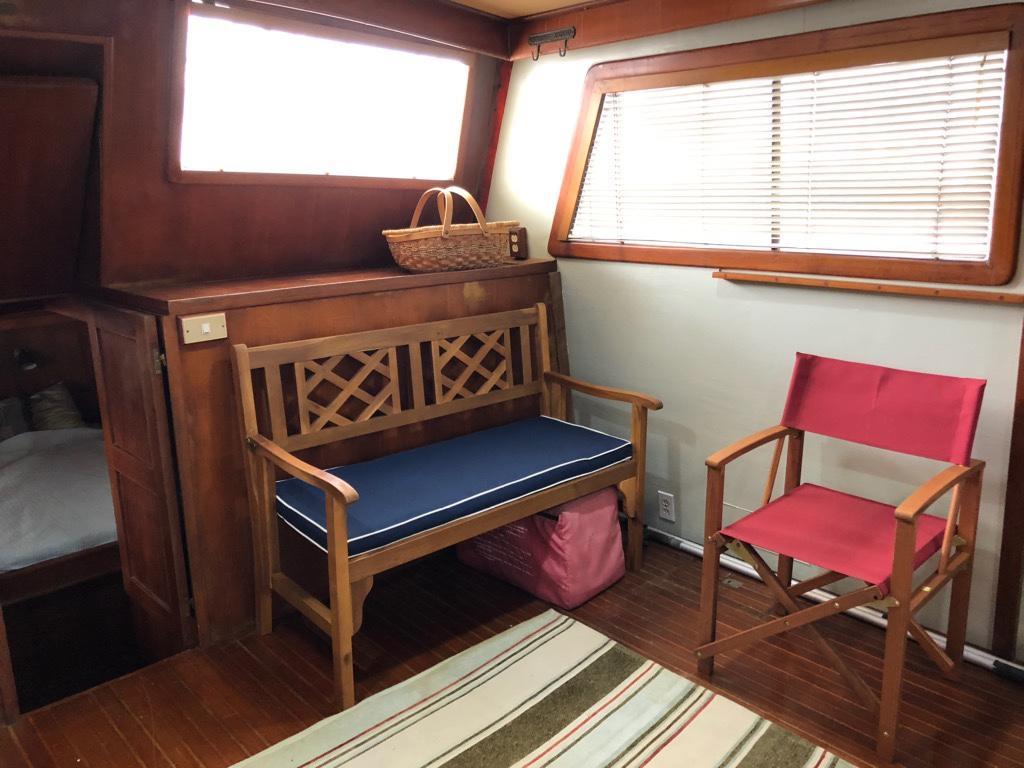 Marine Trader 43 LaBelle Trawler - main salon port aft