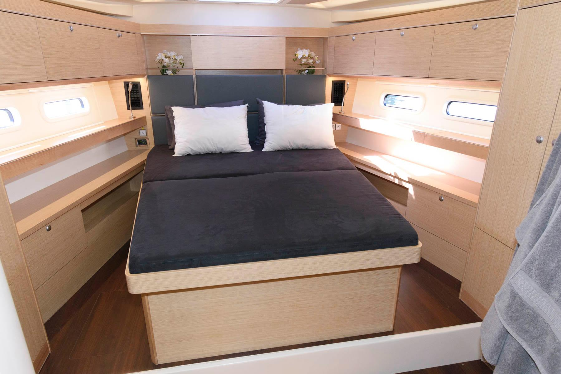 F 5939 SK Knot 10 Yacht Sales