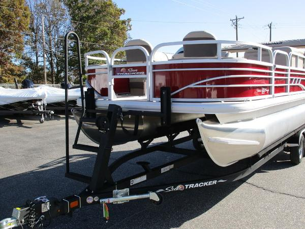 2021 Sun Tracker boat for sale, model of the boat is FISHIN' BARGE® 20 DLX & Image # 3 of 25