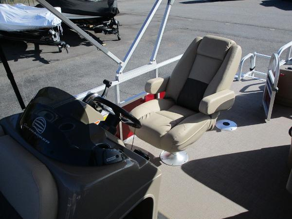 2021 Sun Tracker boat for sale, model of the boat is FISHIN' BARGE® 20 DLX & Image # 11 of 25