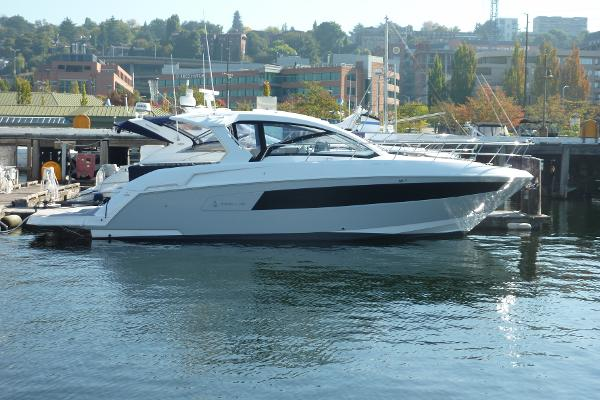 2022 Cruisers Yachts 390 Express Coupe