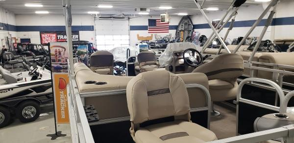 2021 Sun Tracker boat for sale, model of the boat is Bass Buggy 18 DLX & Image # 3 of 17