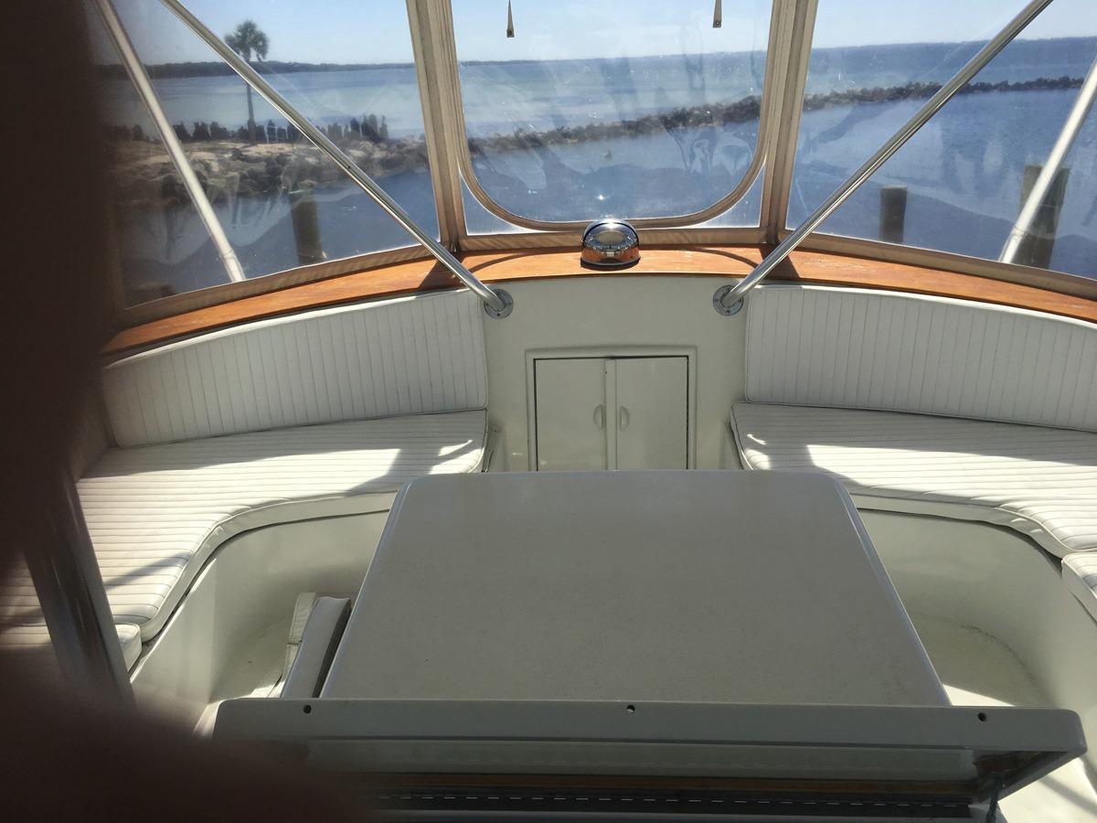 Flybridge seating forward