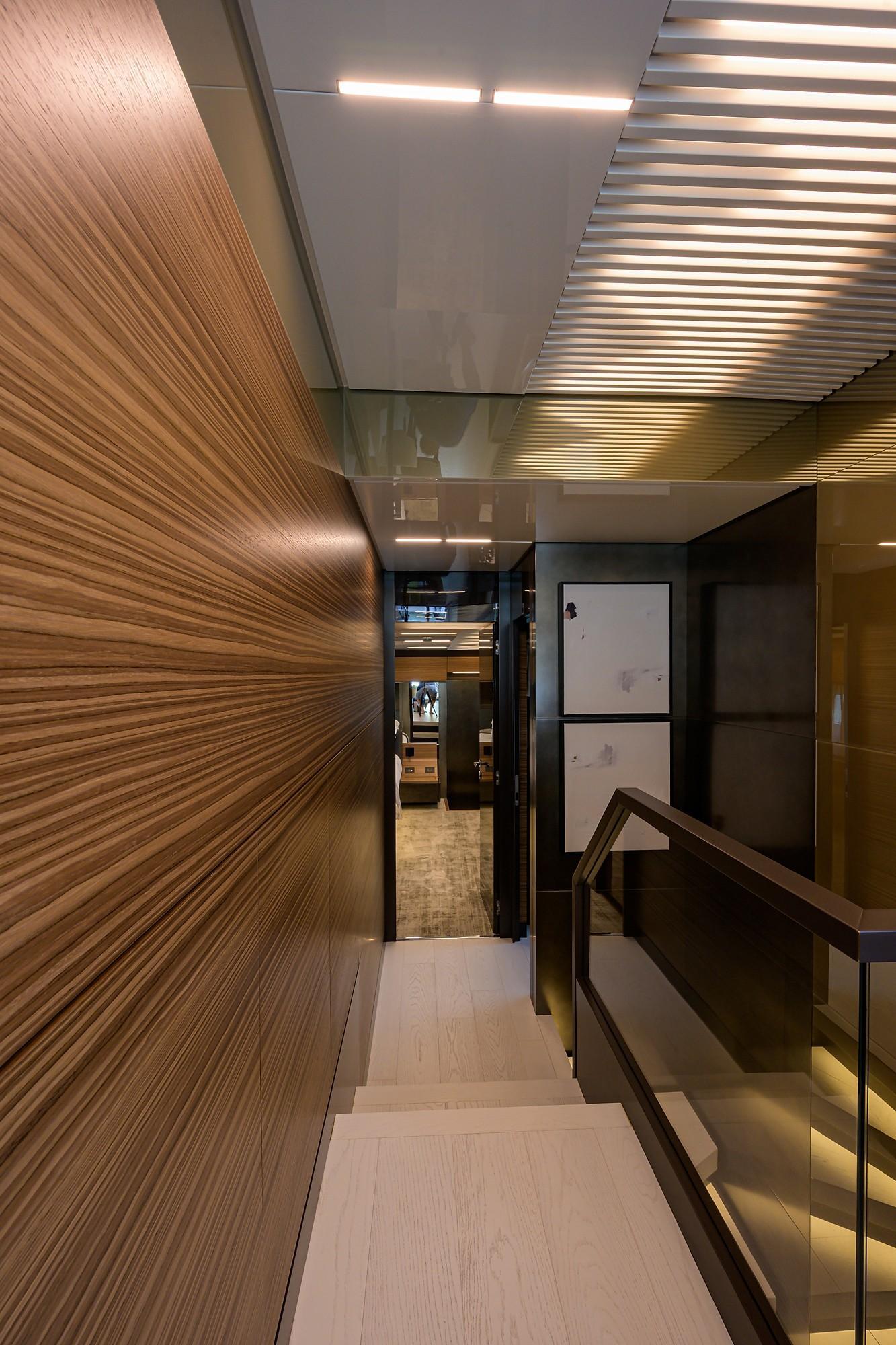 2018 Ferretti 92' ''S'' - Main Deck Foyer