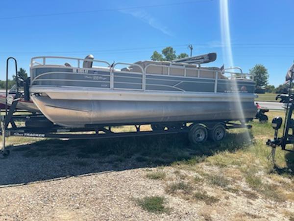 2019 Tracker Fishin' barge 22