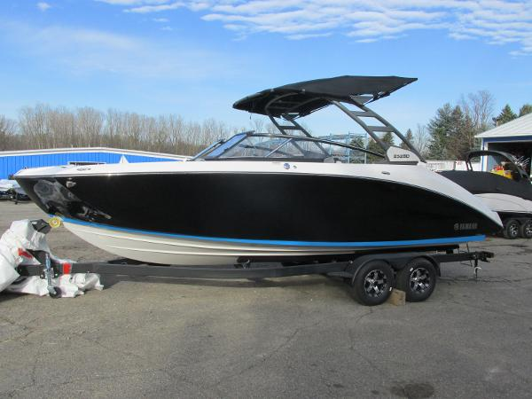 2021 Yamaha boat for sale, model of the boat is 252SD & Image # 2 of 50