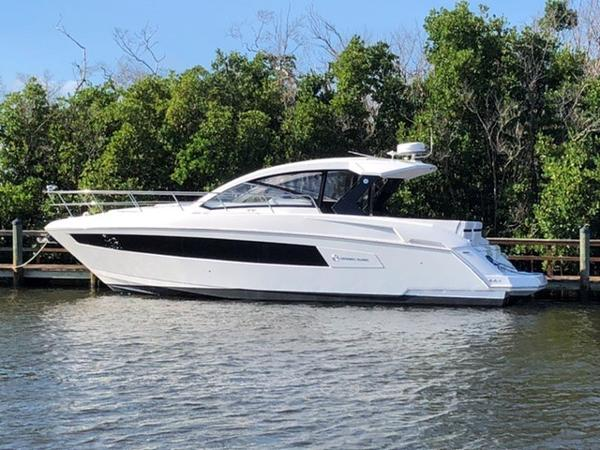 39' Cruisers Yachts 390 Express Coupe