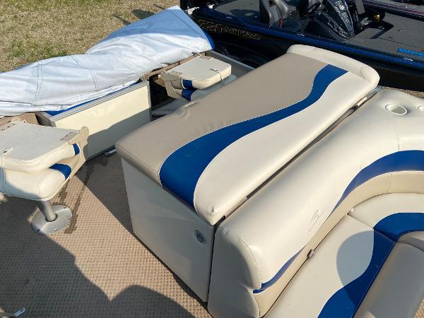 2001 Bennington boat for sale, model of the boat is 227FS & Image # 9 of 17