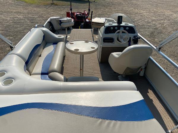2001 Bennington boat for sale, model of the boat is 227FS & Image # 12 of 17