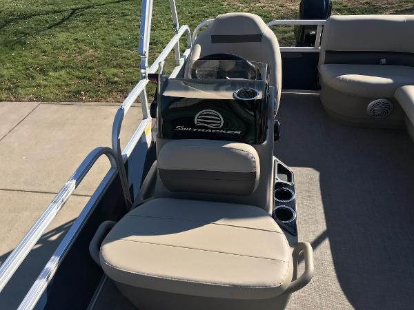 2021 Sun Tracker boat for sale, model of the boat is BASS BUGGY 16 XL SELECT & Image # 15 of 45