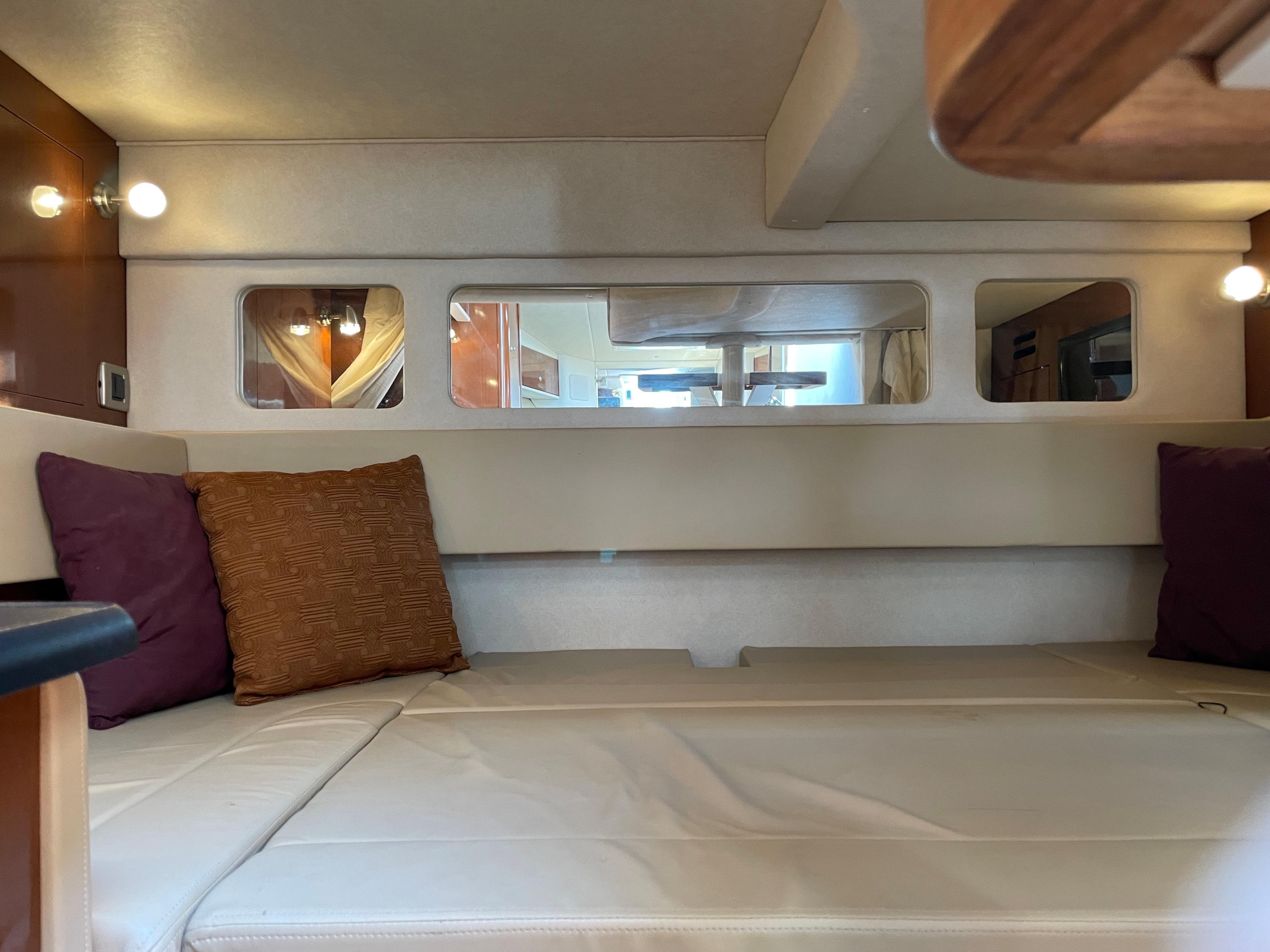 NY 6137 KM Knot 10 Yacht Sales