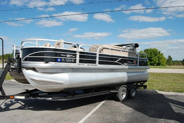 2019 Sun Tracker boat for sale, model of the boat is FISHIN' BARGE® 20 DLX & Image # 7 of 11