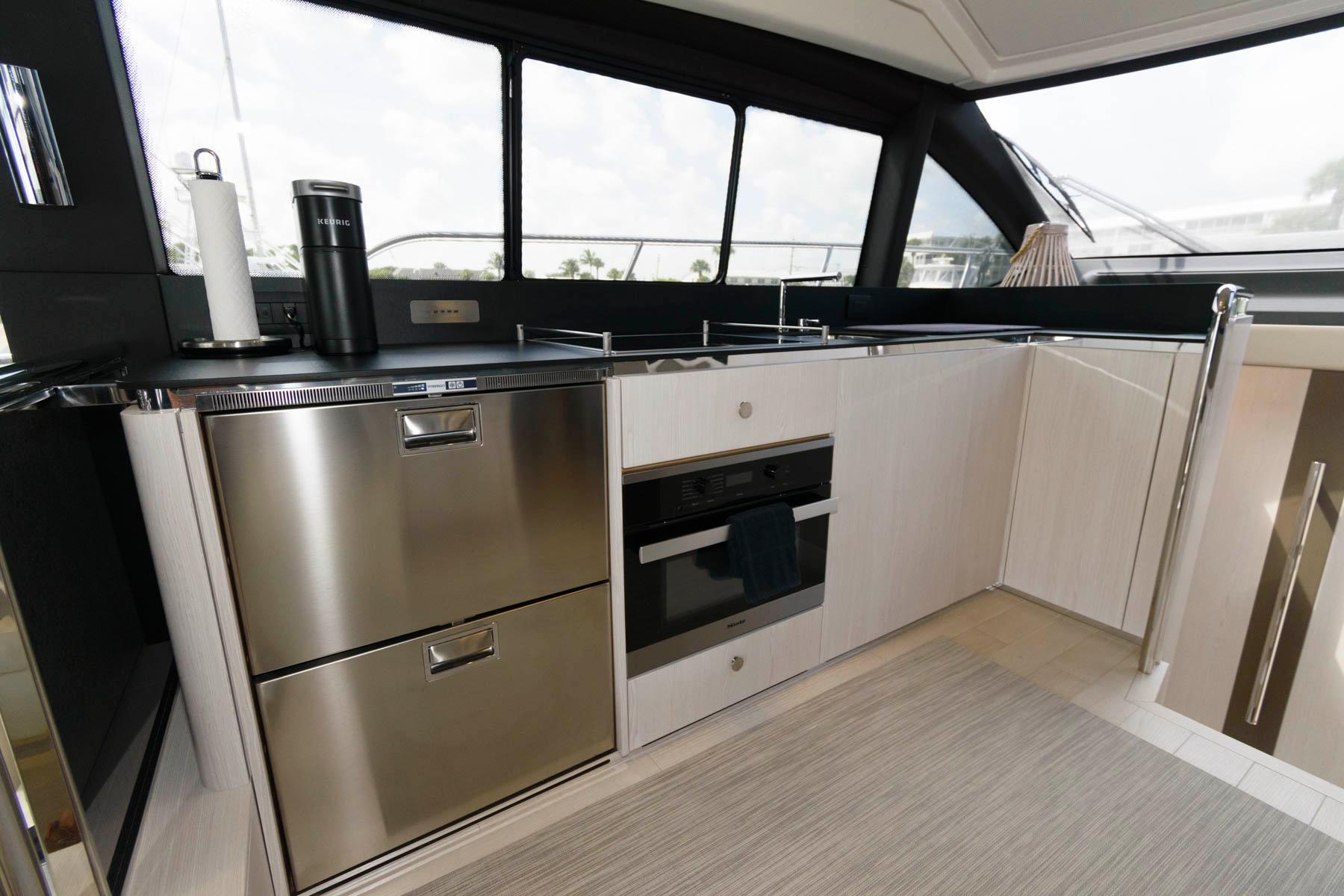 F 6440 EF Knot 10 Yacht Sales