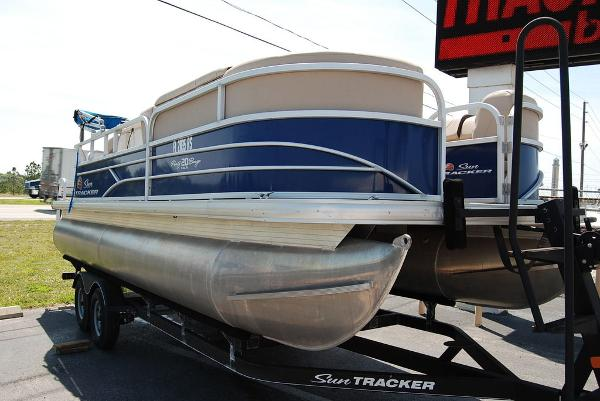 2018 Sun Tracker boat for sale, model of the boat is PB20 DLX & Image # 2 of 11