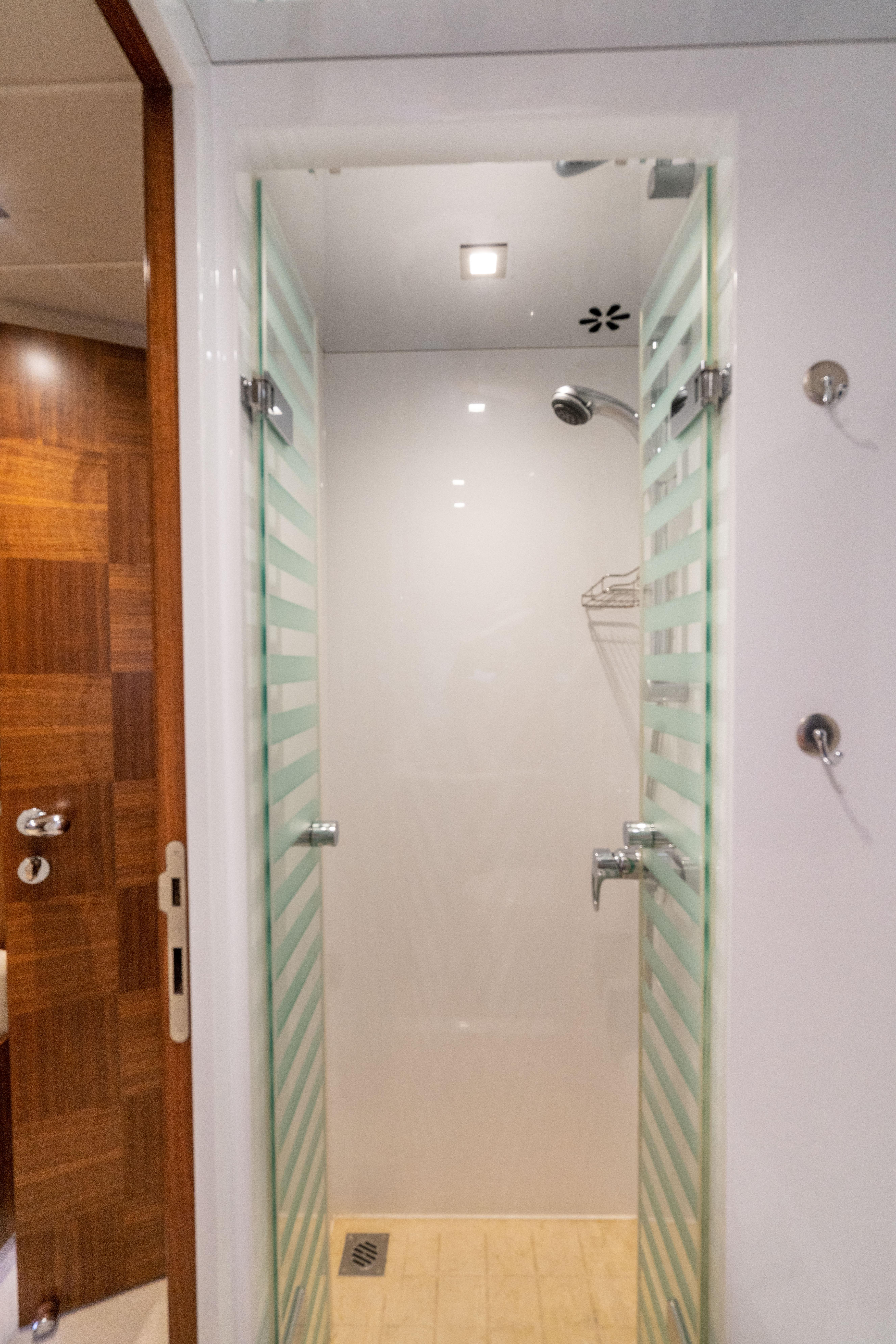 Guest stateroom, stbd twin shower