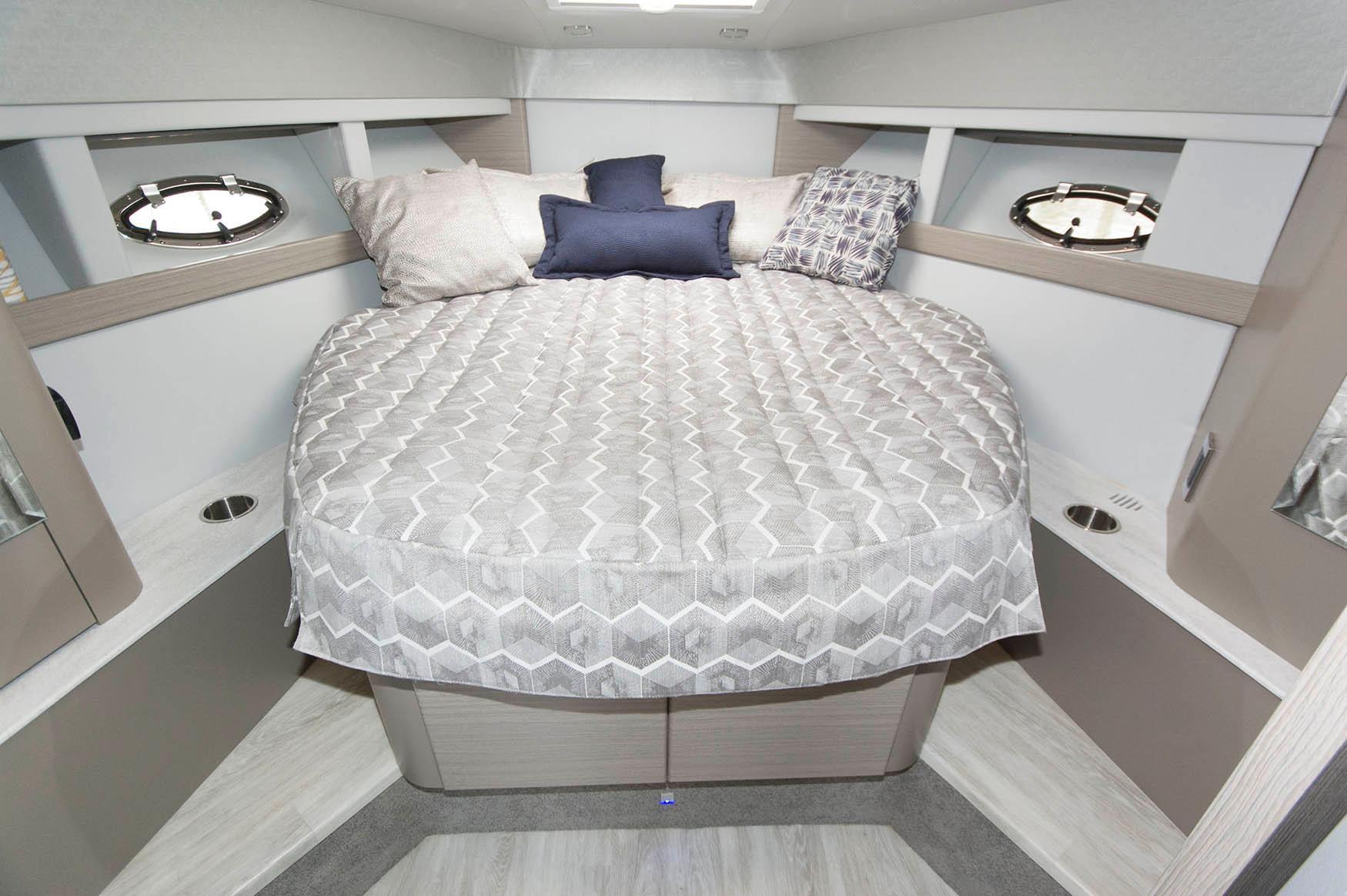 NY 5686 RP Knot 10 Yacht Sales
