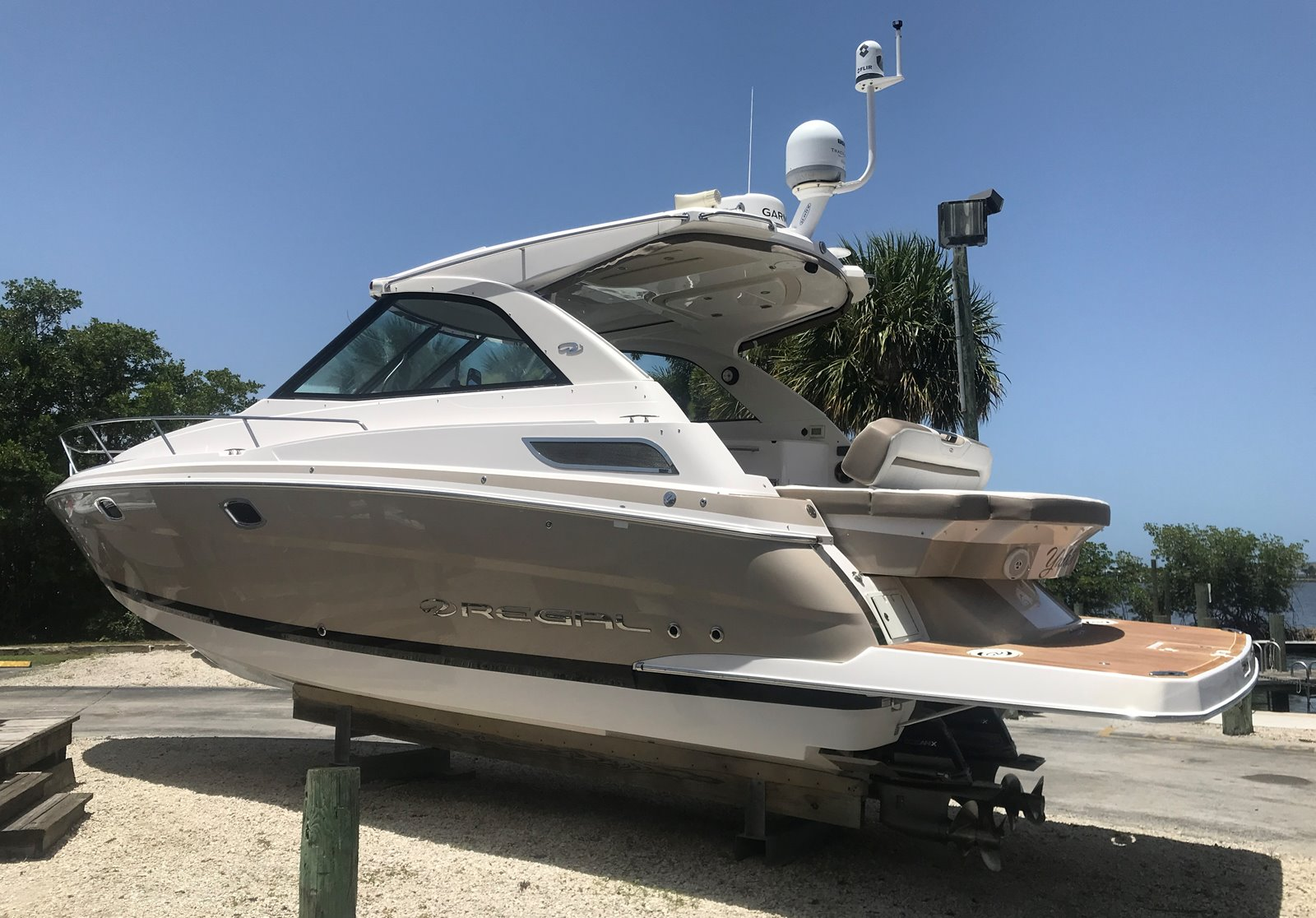 2016 REGAL Sport Yachts 35 Sport Coupe