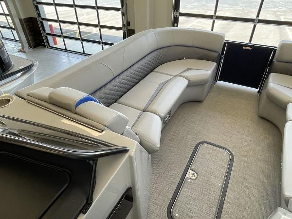 2021 Manitou boat for sale, model of the boat is 27 LX RFXW SHP & Image # 12 of 13