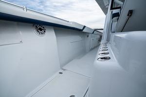 2020 42 Yellowfin Offshore - Walkway