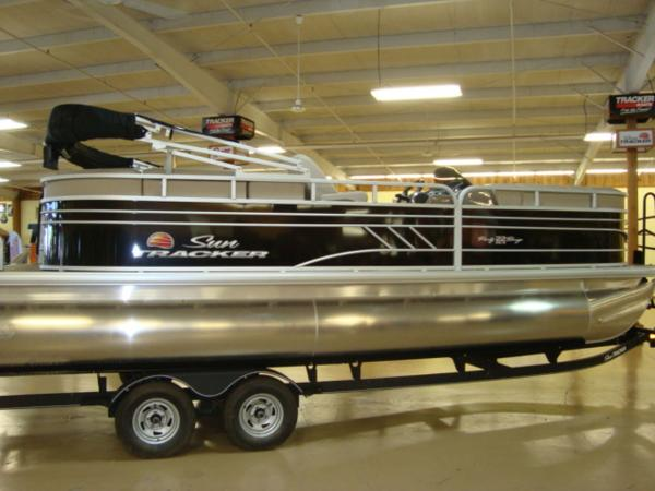 2020 Sun Tracker boat for sale, model of the boat is Party Barge® 22 RF DLX & Image # 1 of 28