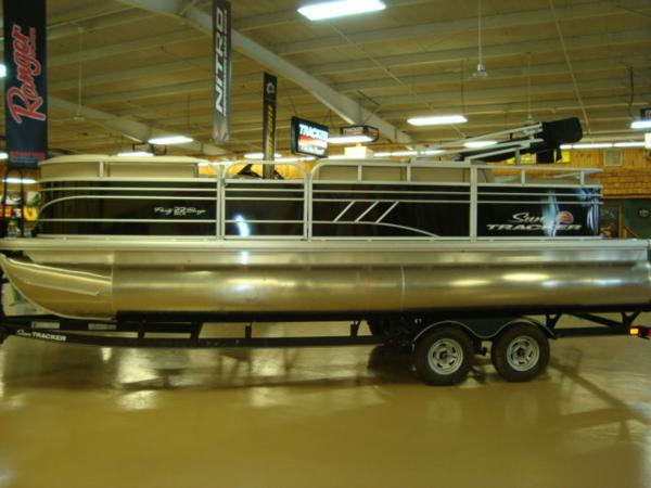 2020 Sun Tracker boat for sale, model of the boat is Party Barge® 22 RF DLX & Image # 2 of 28