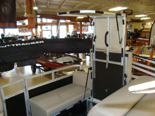 2020 Sun Tracker boat for sale, model of the boat is Party Barge® 22 RF DLX & Image # 21 of 28