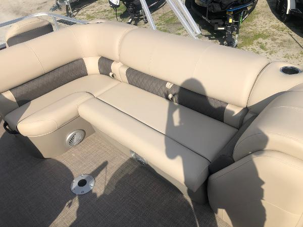 2021 Sun Tracker boat for sale, model of the boat is FISHIN' BARGE® 20 DLX & Image # 23 of 31