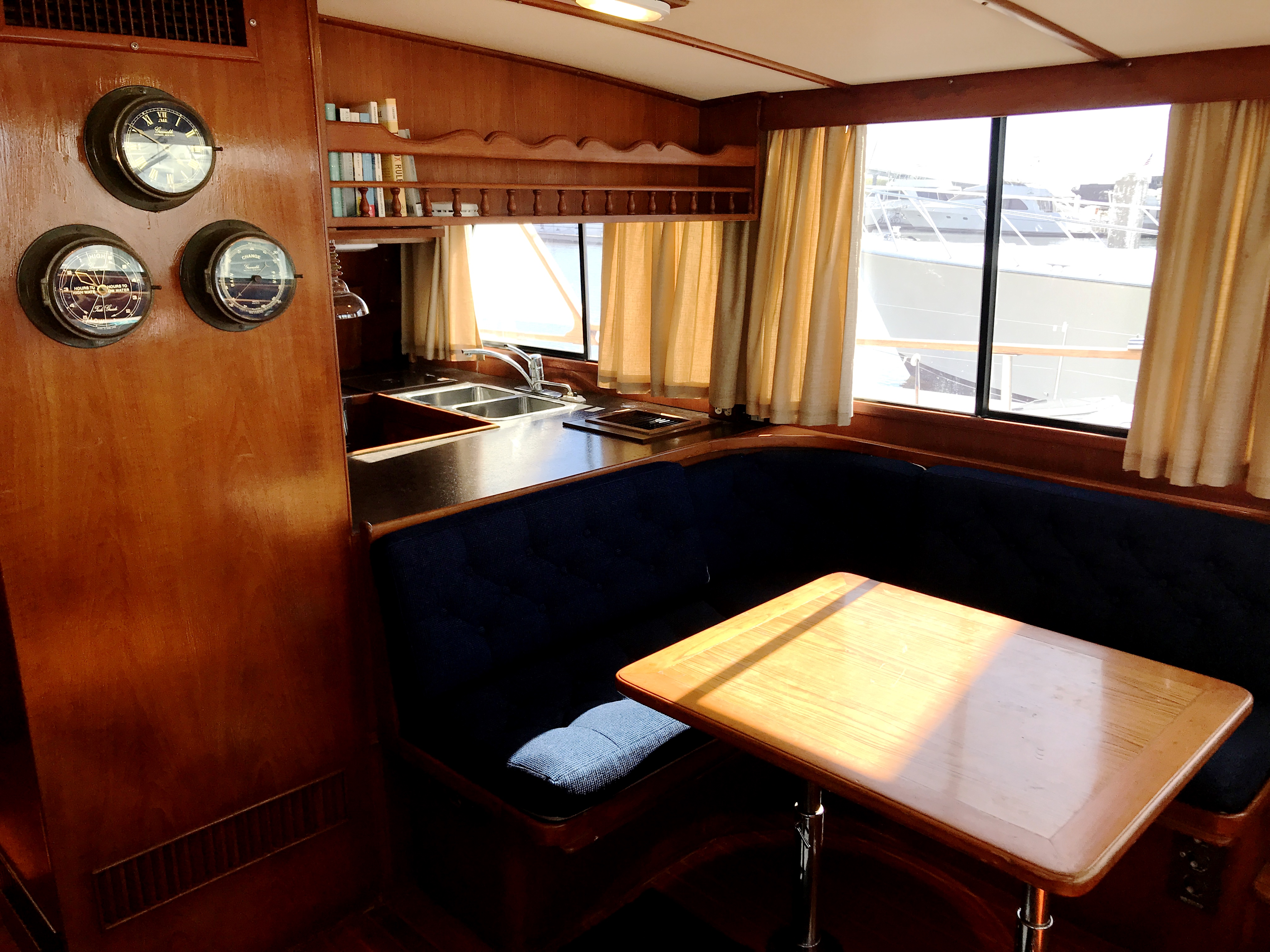 Sea Ranger SUNDECK - salon dinette and galley pass through