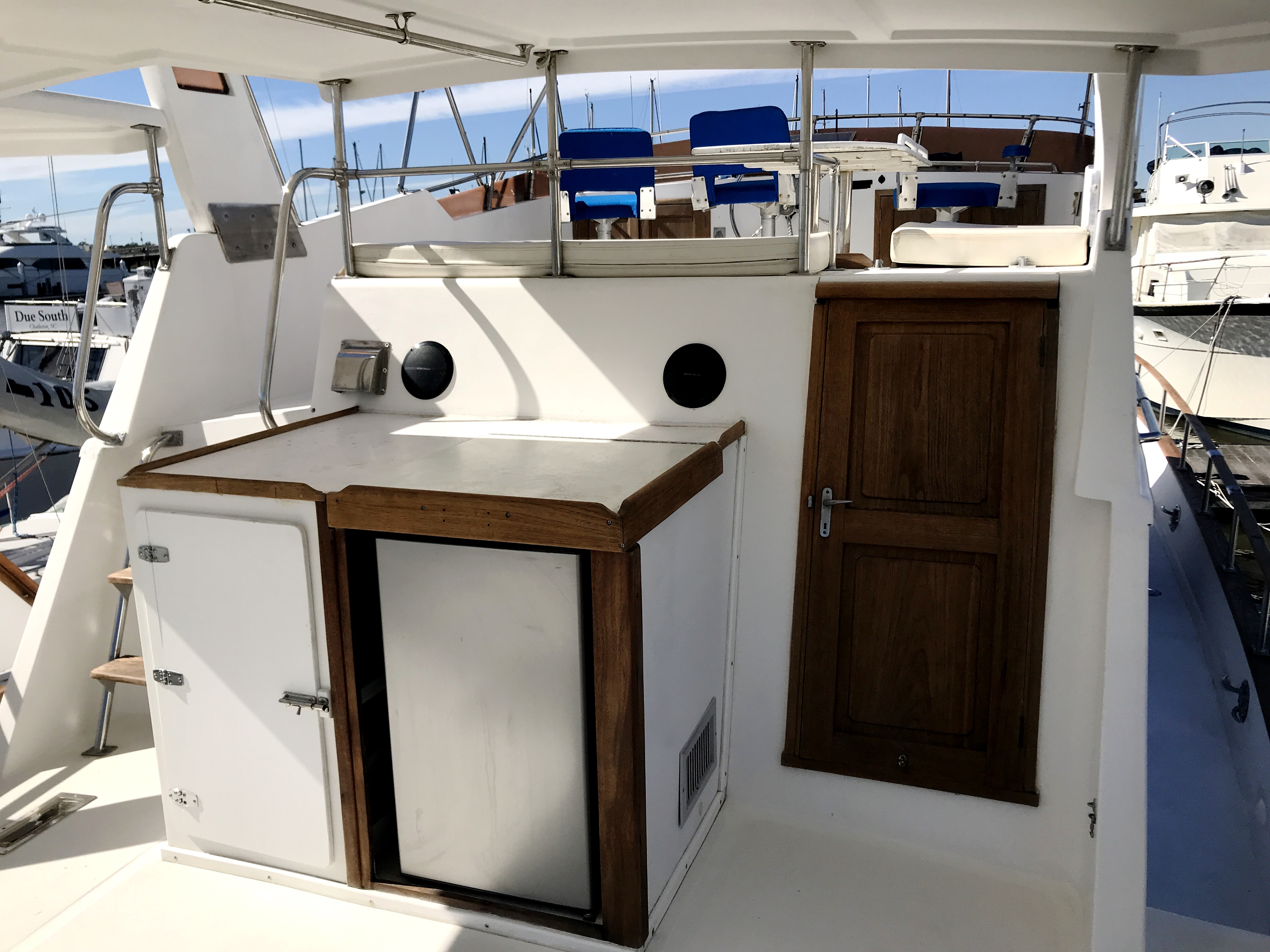 Sea Ranger SUNDECK - refrigerator and stowage