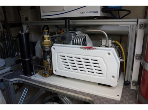2015 Ferretti 690 - Engine Room