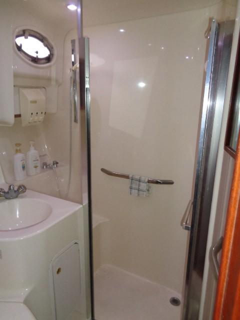 Sea Ray 400 Sedan Bridge - Guest Shower