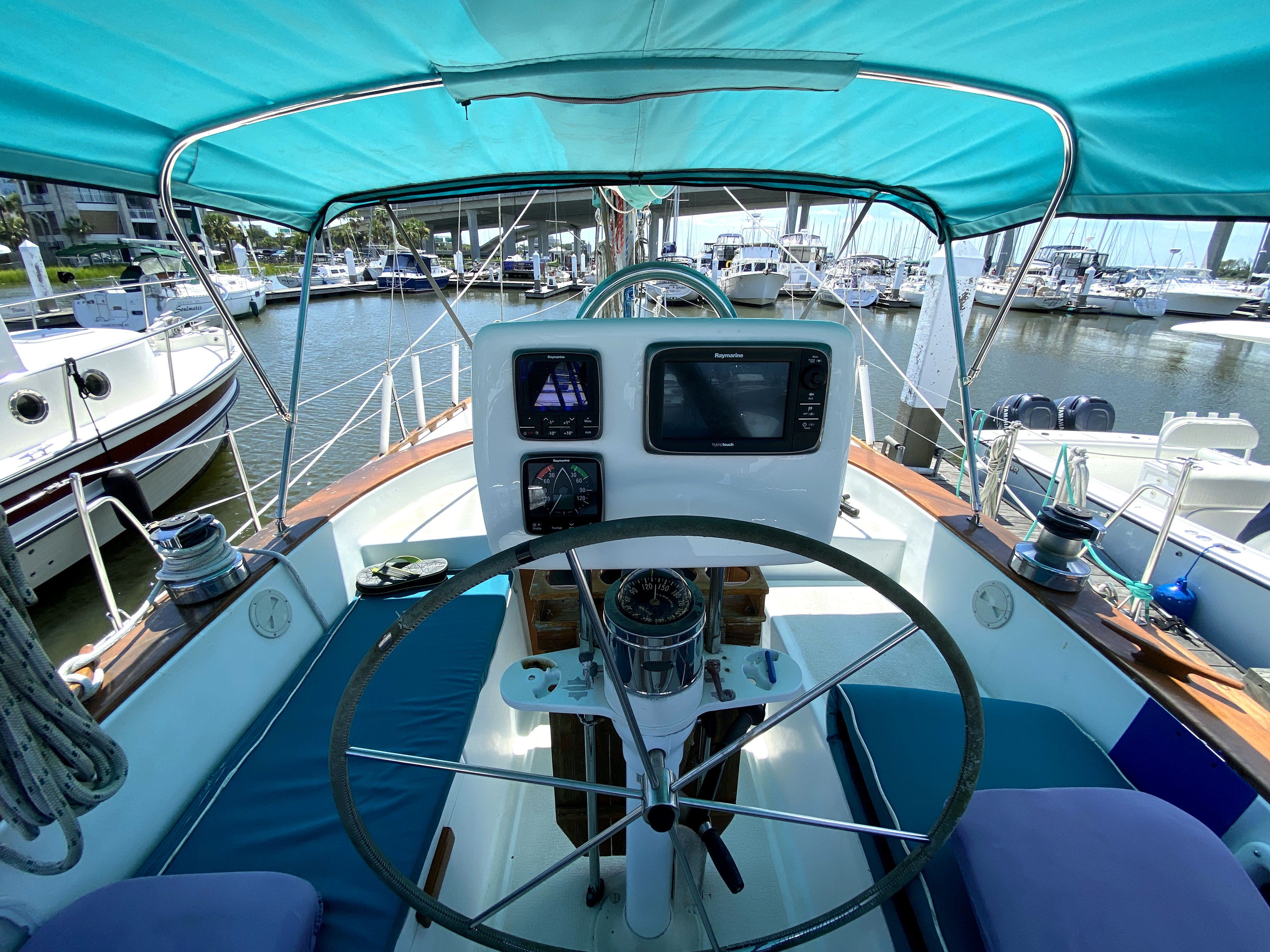 Endeavour 40 Center Cockpit - Endeavour 40 Center Cockpit helm station