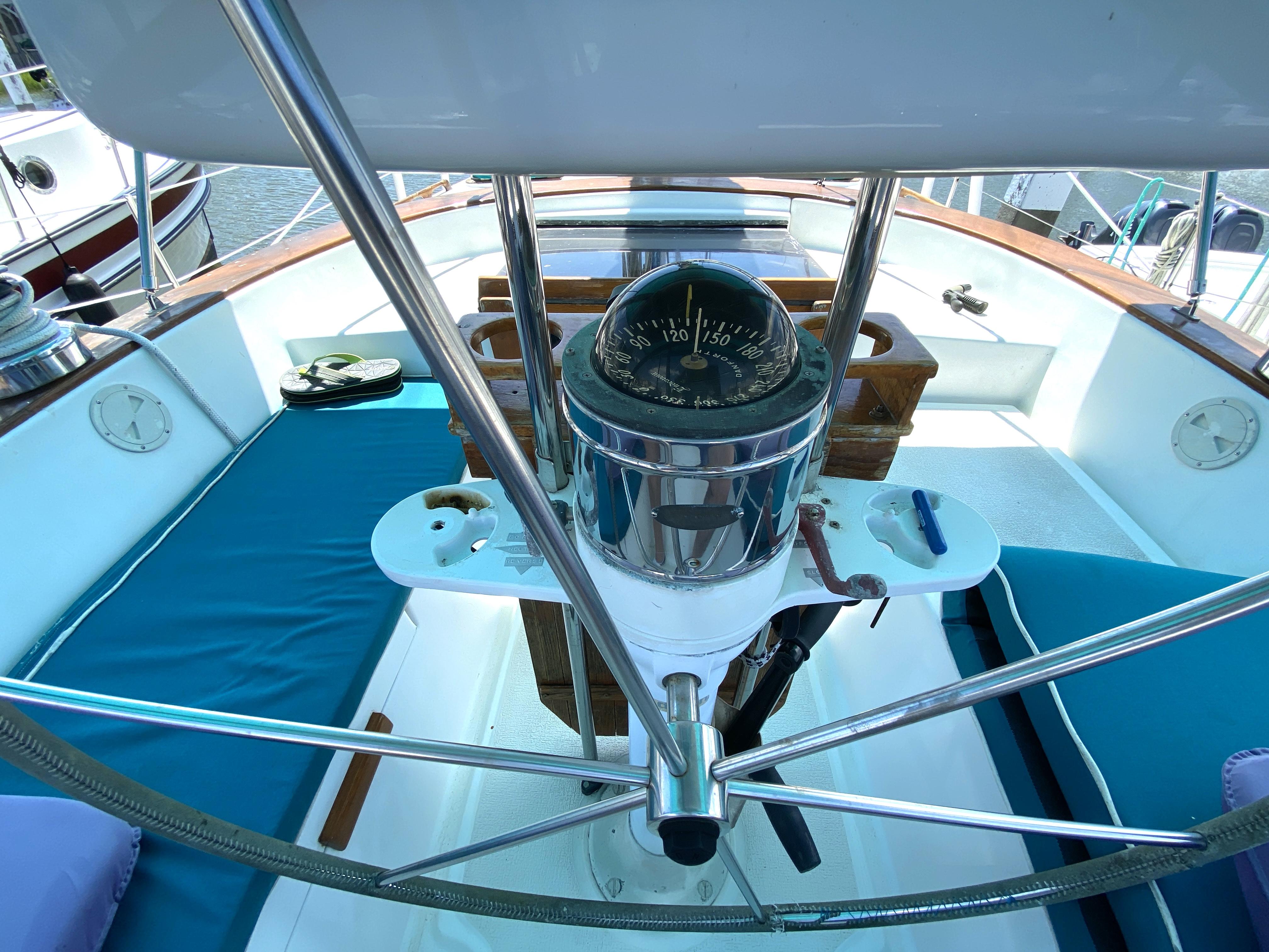 Endeavour 40 Center Cockpit - cockpit wheel and compass