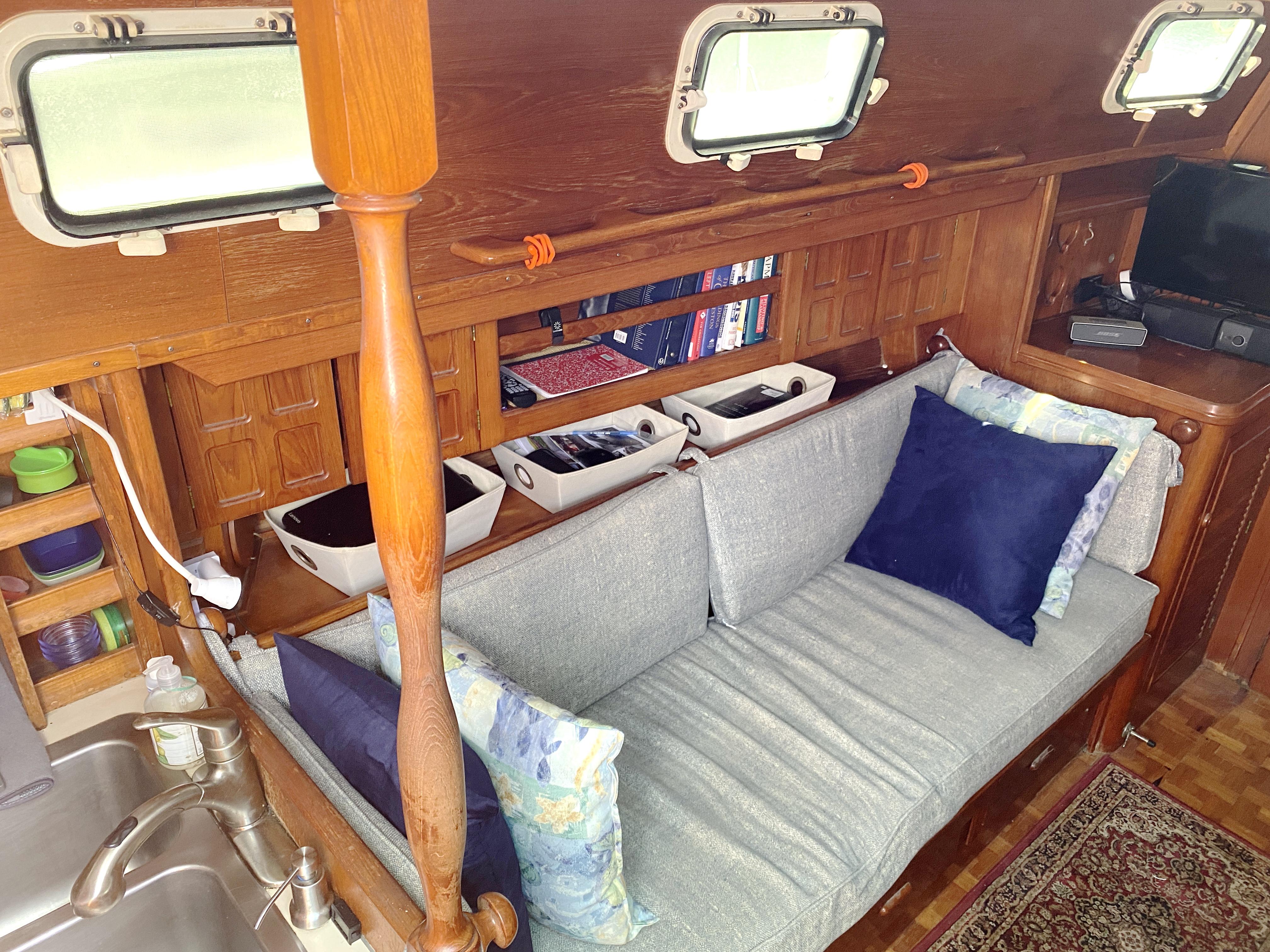 Endeavour 40 Center Cockpit - Endeavour 40 Center Cockpit port settee in saloon